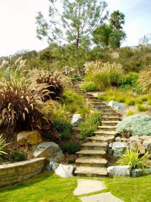 aménagement jardin en pente douce escalier étroit