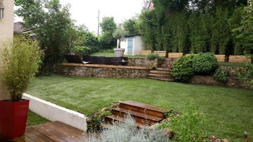 aménagement jardin en pente douce grand espace engazonné