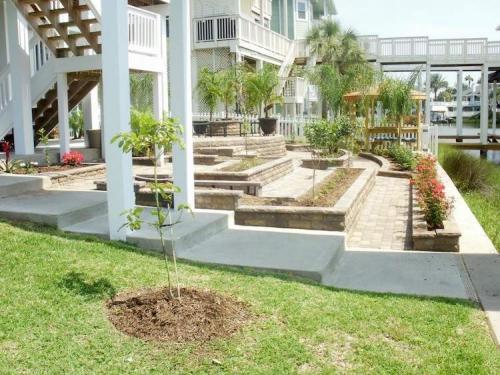 aménagement jardin en pente douce grande maison et jardin bien aménagé