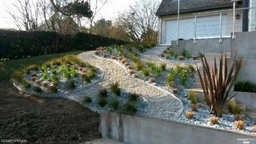 aménagement jardin en pente douce jardin en train de développement