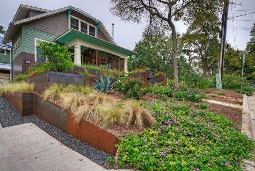 aménagement jardin en pente douce large terrasse au pied de la maison