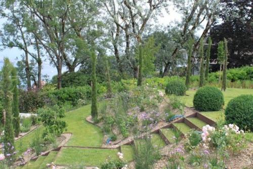 aménagement jardin en pente douce pelouse et zones plantées