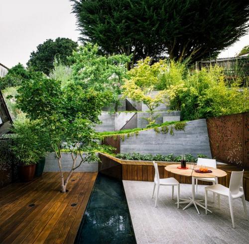 aménagement jardin en pente douce style moderne