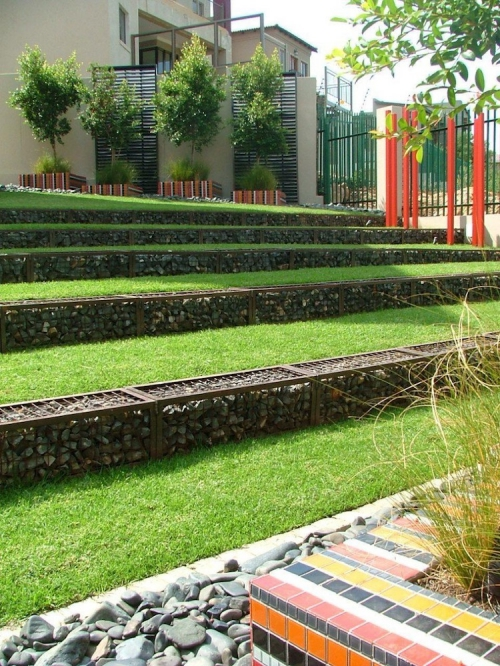 aménagement jardin en pente douce terrasses bien rangées