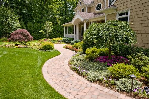 aménagement jardin grand espace devant la maison
