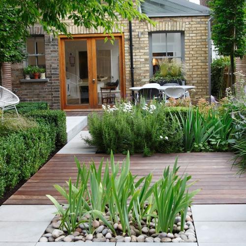 aménagement jardin plate-forme en bois devant la maison