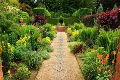 aménagement jardin sentier de gravier et dalles