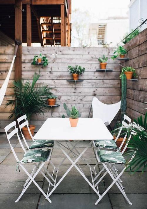 aménager un balcon long brise-vue haut en plantes de bois