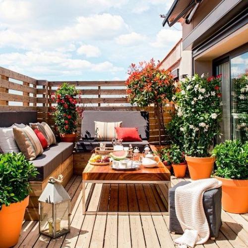 aménager un balcon long canapés en bois avec des coussins