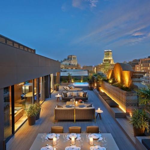 aménager un balcon long piscine, coin-manger et coin-détente