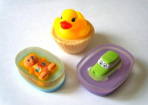 amuser les enfants diy savon glycériné avec jouet