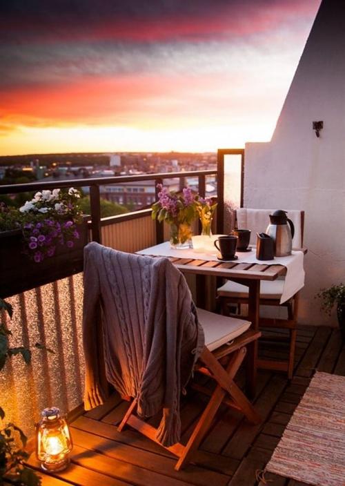 astuce déco balcon petit balcon au sol en planches