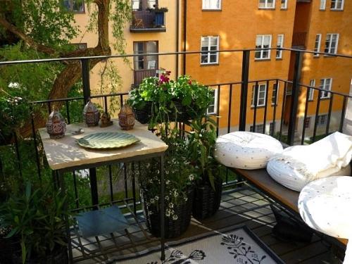 astuce déco balcon tapis à motifs sur un sol en planches