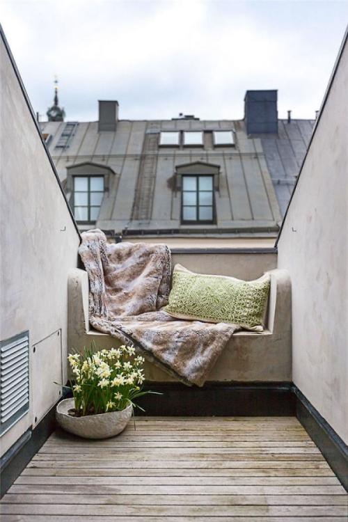 astuce déco balcon un petit espace regardant sur les toits