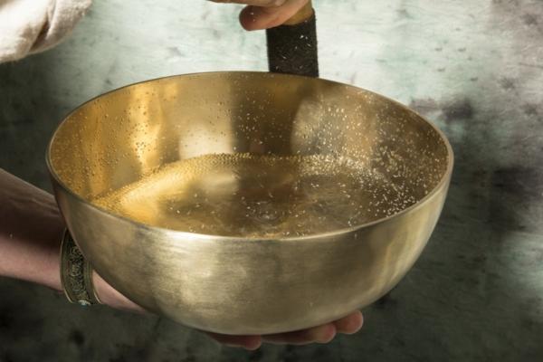 bol tibétain rempli d'eau sons