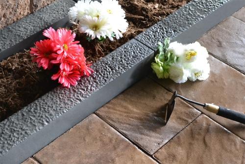 bordures de jardin en train de jardiner