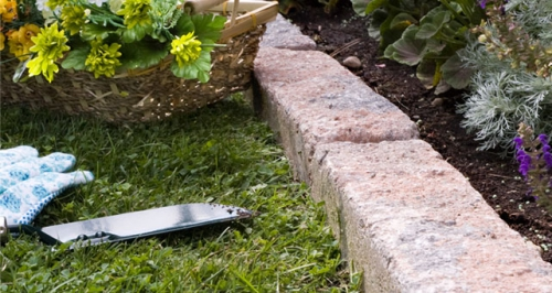 bordures de jardin herbe folle et un panier