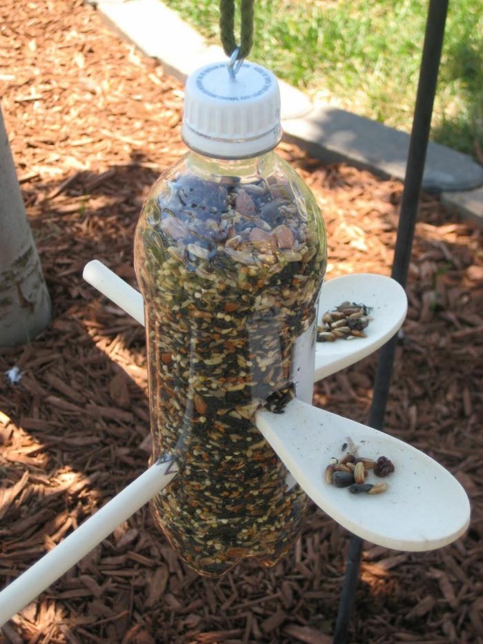bouteille pour une mangeoire oiseaux