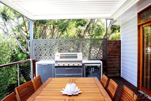 brise-vue balcon design style moderne avec cuisine extérieure