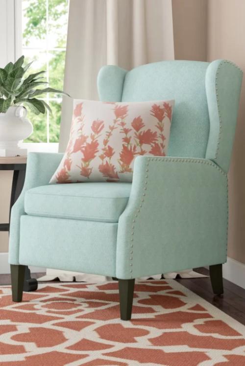 chaise cosy couleurs pâles des rideaux et des murs