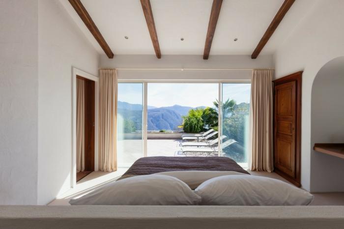 chambre blanche plafond poutre apparente en bois foncé