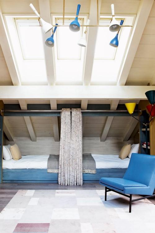 chambre d' enfants comme salle de jeux deux lits l' un contre l'autre