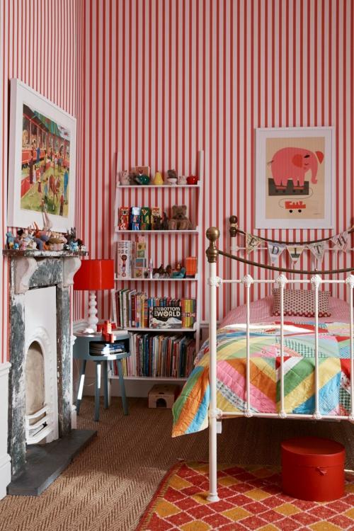 chambre d' enfants comme salle de jeux fond d' écran en rayures rouges