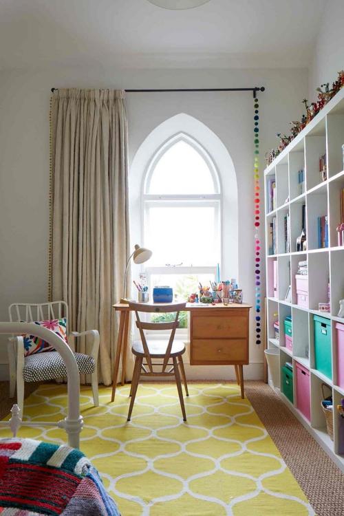 chambre d' enfants comme salle de jeux grande fenêtre voûtée