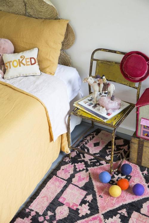 chambre d' enfants comme salle de jeux lit avec tête de chevet en osier tressé