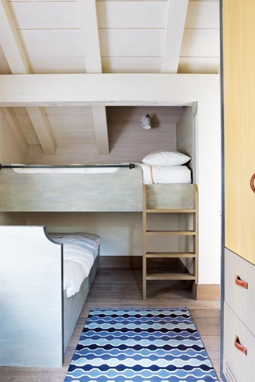 chambre d' enfants comme salle de jeux lits sous le toit incliné