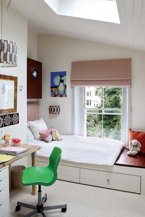 chambre d' enfants comme salle de jeux lucarne au plafond
