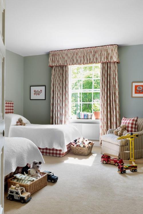 chambre d' enfants comme salle de jeux murs en gris clair