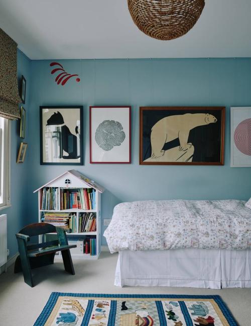 chambre d' enfants comme salle de jeux murs et plafond aux tons pastel
