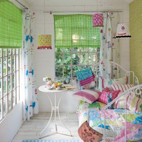 chambre fille deux grandes fenêtres