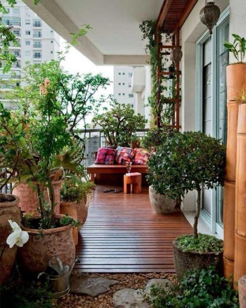 comment aménager un balcon longue terrasse avec beaucoup de végétation