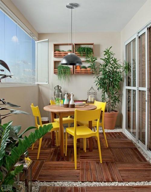 comment aménager un balcon zones de parquet et de gravier