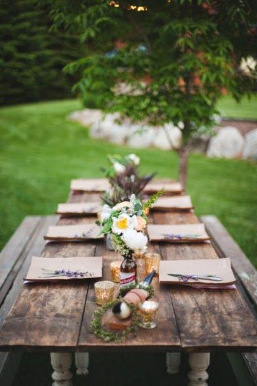 comment décorer la table du jardin fleurs dans des bouteilles