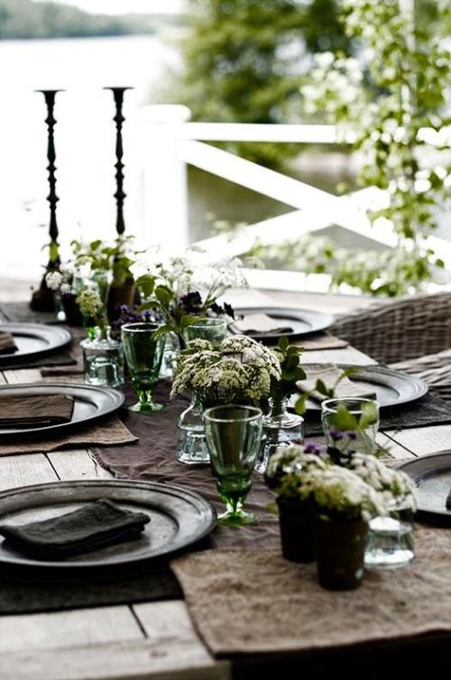 comment décorer la table du jardin fleurs dans des verres