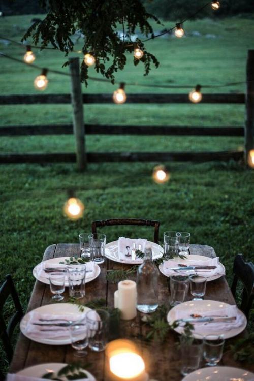 comment décorer la table du jardin guirlandes d' ampoules électriques