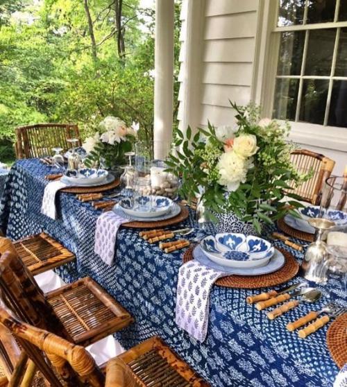 comment décorer la table du jardin jolie nappe en bleu