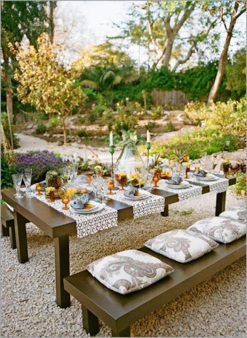 comment décorer la table du jardin quatre serviettes en dentelles