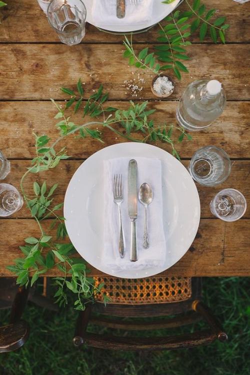 comment décorer la table du jardin table en bois massif