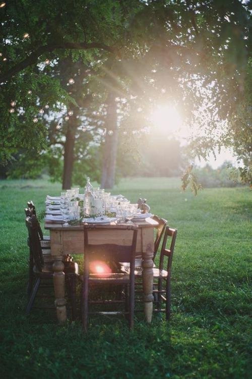 comment décorer la table du jardin table en bois sculpté