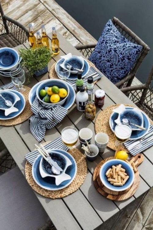 comment décorer la table du jardin table en bois