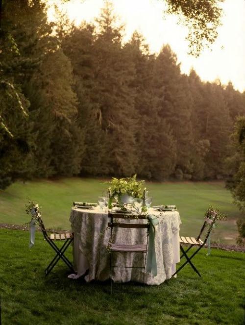 comment décorer la table du jardin table ronde à quatre