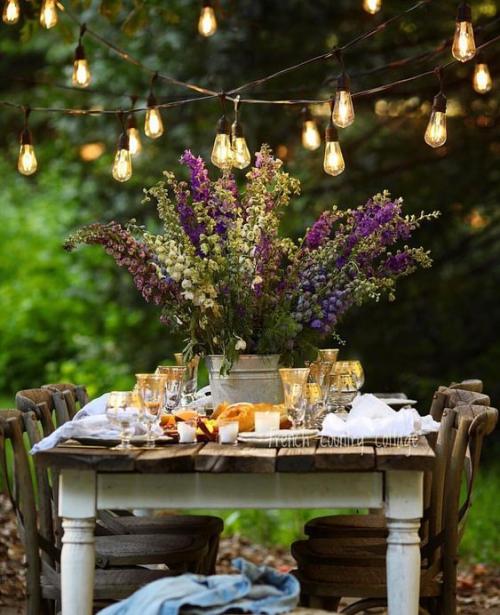 comment décorer la table du jardin table vintage en bois