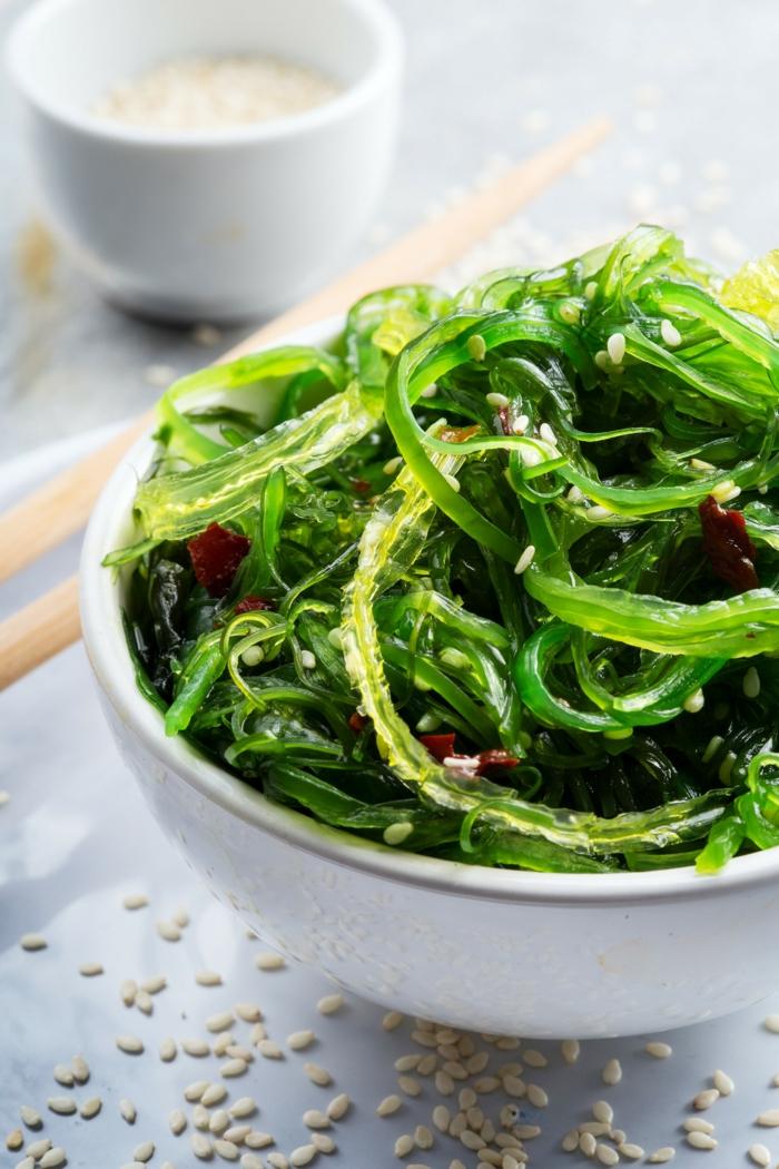 consommer le wakamé en salade
