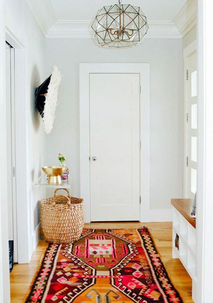 déco couloir étroit blanc tapis graphique