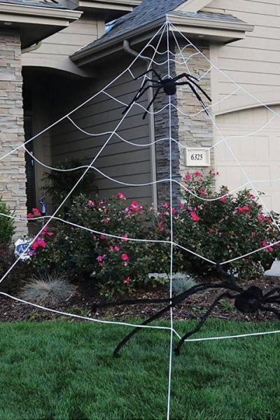 déco extérieure Halloween des araignées sur la pelouse