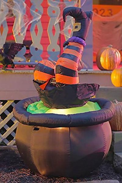 déco extérieure Halloween figure étrange devant la porte